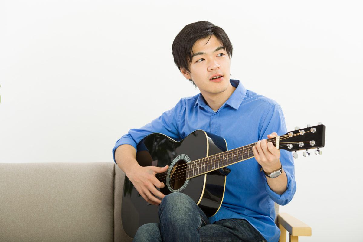 趣味のギターを弾く男性