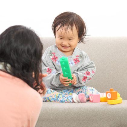一歳の可愛らしい女の子の赤ちゃんモデルの撮影