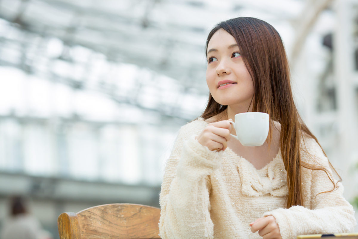 カフェテラスでお茶するお洒落な女の子|山形モデルネット