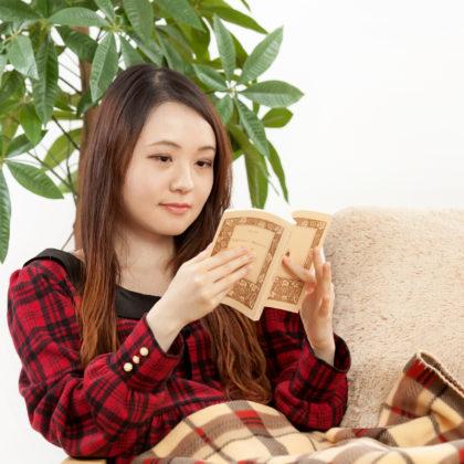 秋イメージでお部屋で読書|山形モデルネット