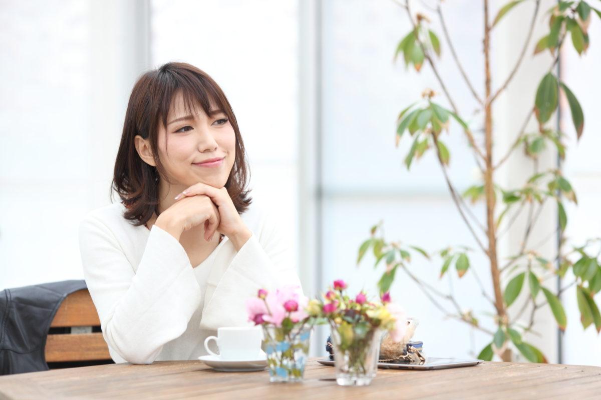 カフェでお茶するお洒落な女性|山形モデルネット