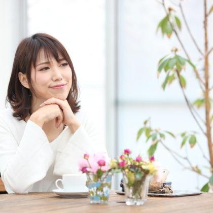 カフェでお茶するお洒落な女性 山形モデルネット