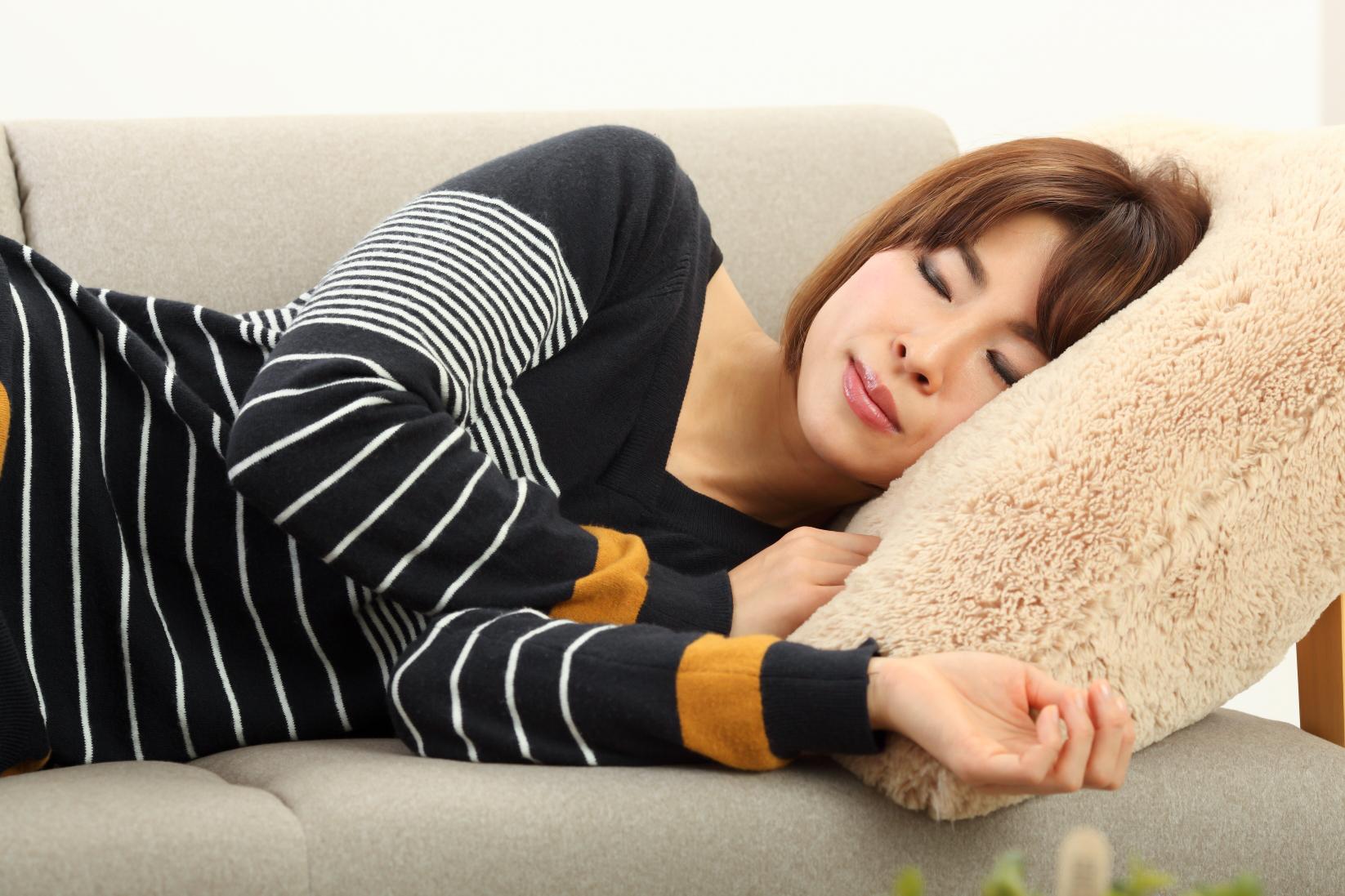 お部屋でのんびり過ごす女性|山形モデルネット