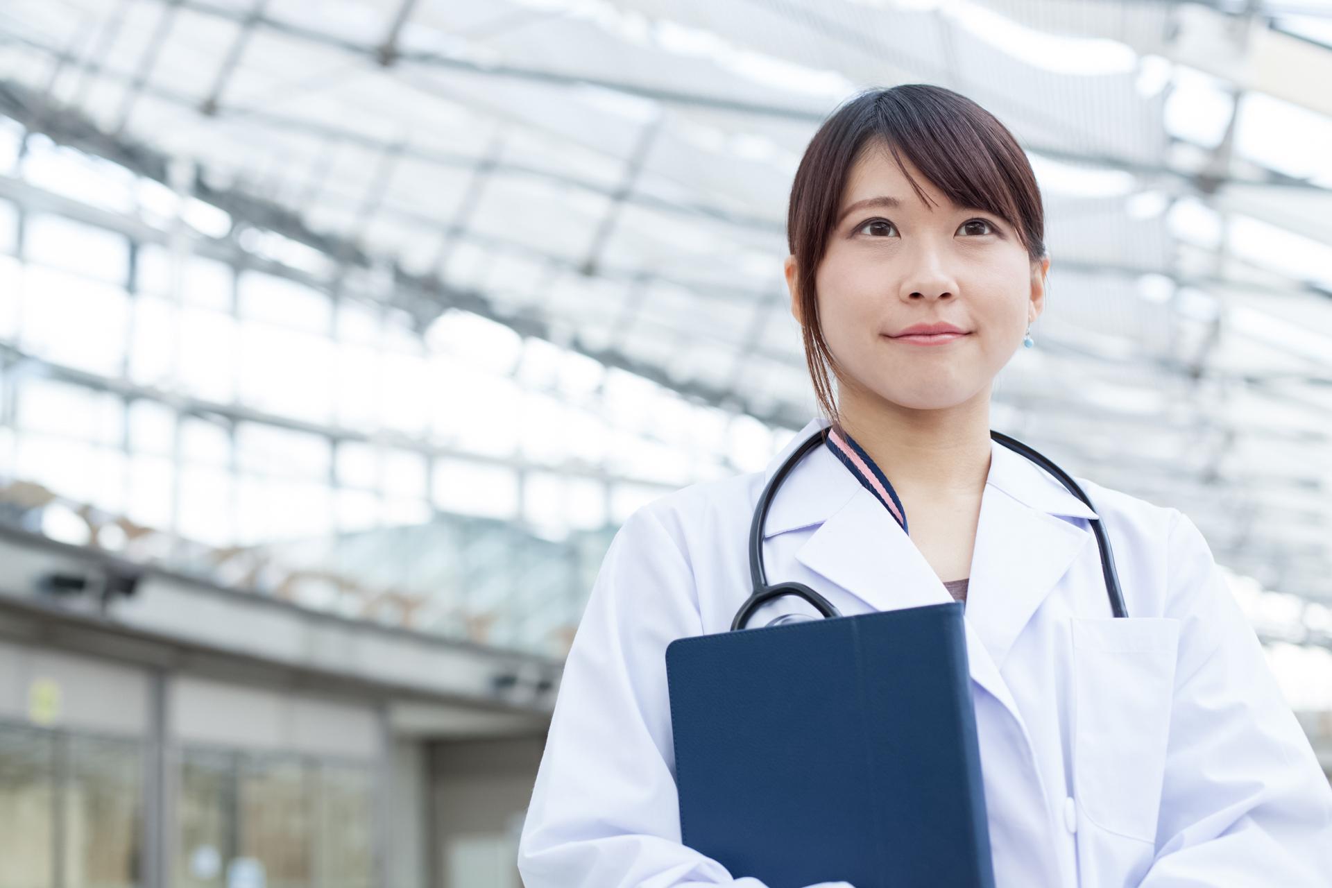 モデルに白衣を着てもらって女医さんイメージ