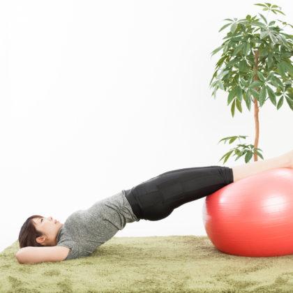 健康をテーマにバランスボールを使って撮影