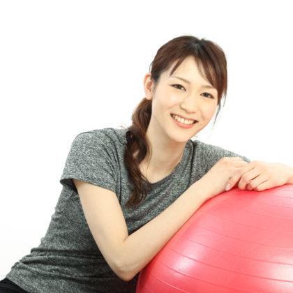 ベランスボールでエクササイズする女性