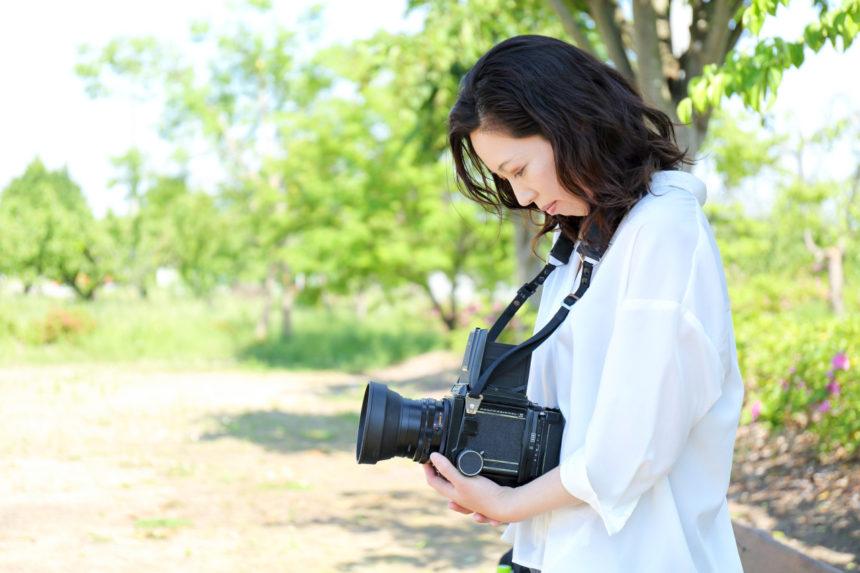 初夏の公園でカメラ女子イメージを撮影