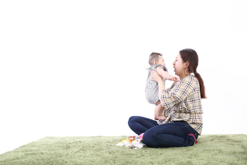 2人目:可愛い赤ちゃんと優しい笑顔のママさん